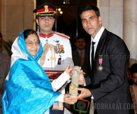 Akshay Kumar got his Padma Shri award from President of Indian Pratibha Patil