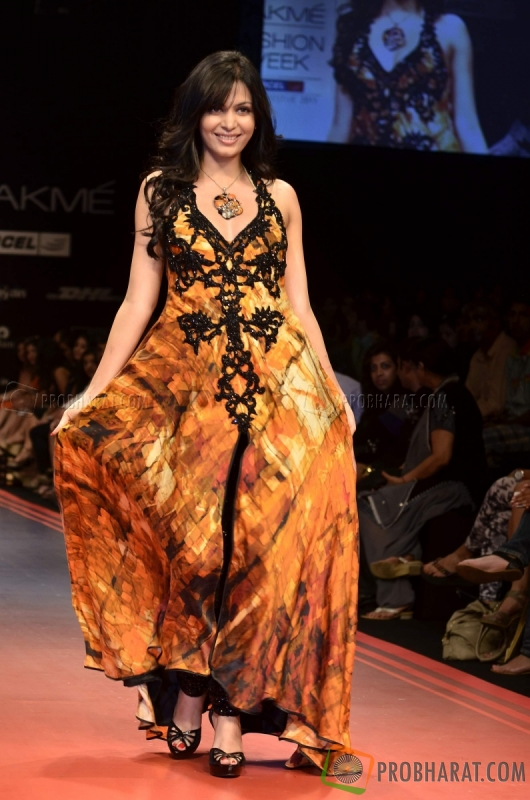 Model display the designer Archana Kochhar's collection during the...